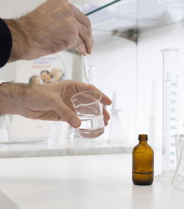 https://www.farmacianotaro.it/wp-content/uploads/2021/02/laboratorio-galenica.jpg